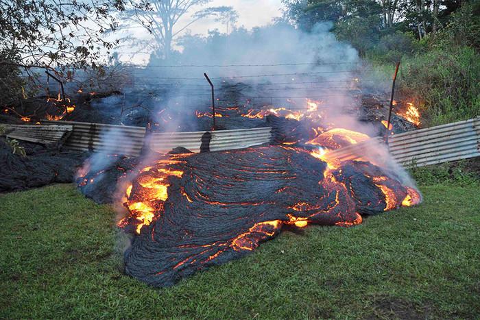 Поток лавы от вулкана Килауэа на Гавайских островах