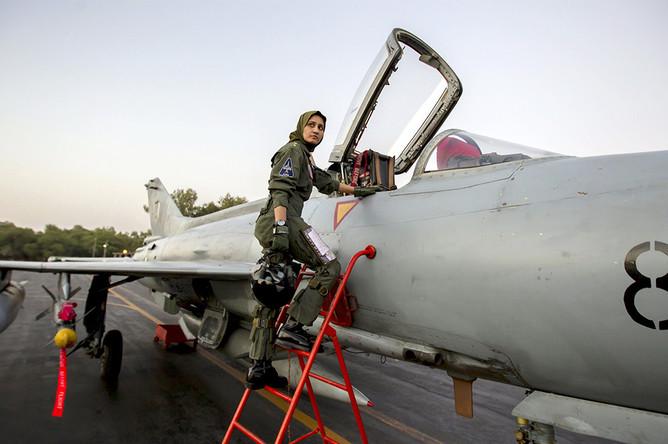 Женщина-пилот армии Пакистана около истребителя F-7PG