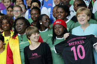 Канцлер Германии Ангела Меркель с подарком под номером 10