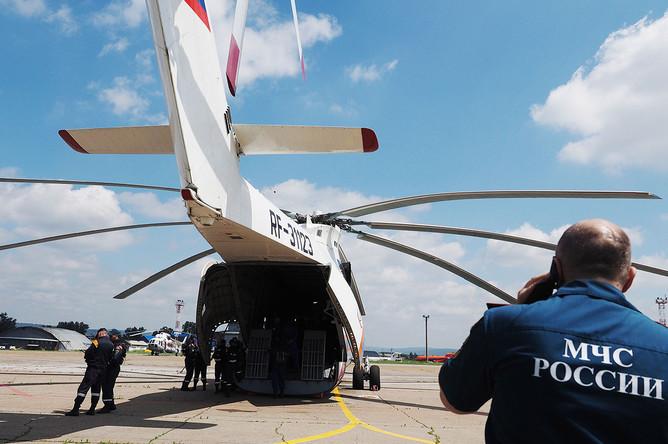 Сотрудники МЧС РФ на территории аэропорта города во время подготовки к поисково-спасательным работам пропавшего в Иркутской области самолета МЧС РФ Ил-76