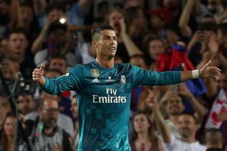 Нападающий мадридского «Реала» Криштиану Роналду эмоционально празднует гол в ворота «Барселоны», еще не зная, что вскоре будет удален