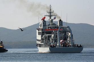 Спасательное судно «Чандао», прибывшее в составе отряда боевых кораблей ВМС Китая для участия в военно-морских учениях «Морское взаимодействие — 2017», в порту Владивостока