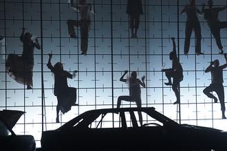 Артисты «Седьмой студии» в сцене из спектакля Давида Бобе и Кирилла Серебренникова «Метаморфозы»