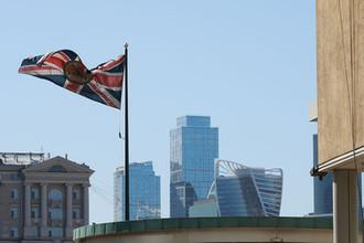 Флаг Великобритании на здании посольства Великобритании в Москве, апрель 2018 года