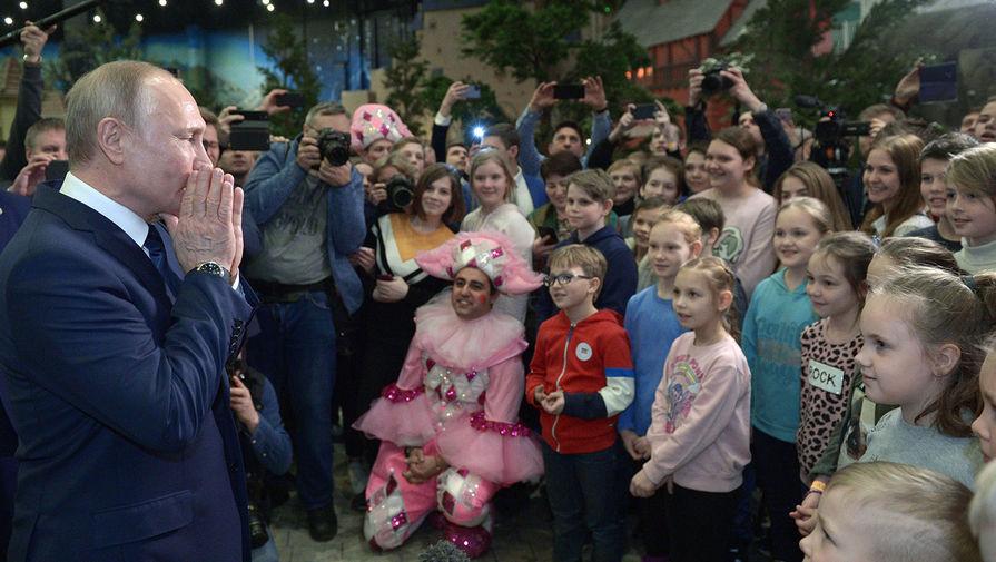 Президент РФ Владимир Путин во время посещения детского парка развлечений «Остров мечты», 27 февраля 2020 года