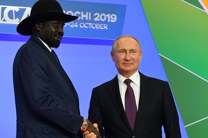 Президент России Владимир Путин и президент Южного Судана Сальваторе Киир Маярдит на церемонии официальной встречи глав государств и правительств государств-участников саммита «Россия- Африка», 23 октября 2019 года
