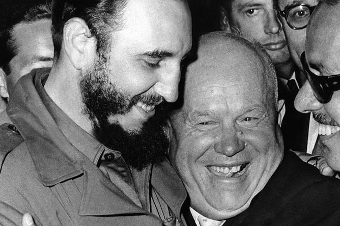 Председатель Совета Министров СССР Никита Хрущев и премьер-министр Республики Куба Фидель Кастро Рус во время встречи на ХV сессии Генеральной Ассамблеи (ООН), 1960 год