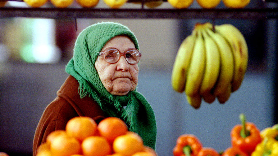 Пожилая женщина на рынке в Москве, 1994 год
