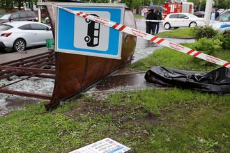 Перевернутая остановка общественного транспорта после урагана на Кировоградской улице. В результате происшествия погиб один человек