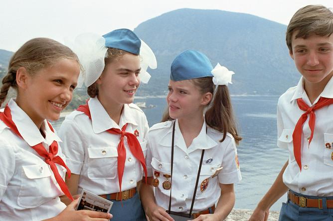 Американская школьница Саманта Смит с пионерами «Артека», июль 1983 года