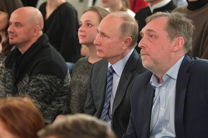Владимир Путин и директор музея Никита Высоцкий во время репетиции театральной постановки «Здравствуйте, Владимир Высоцкий!», 24 января 2018 года