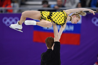 Евгения Тарасова и Владимир Морозов выступают в произвольной программе парного катания на соревнованиях по фигурному катанию на XXIII зимних Олимпийских играх, 15 февраля 2018 года