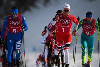 Майколь Растелли (Италия), Дидрик Тёнсет (Норвегия) и Алексей Полторанин (Казахстан) на дистанции эстафеты 4x10 км среди мужчин в соревнованиях по лыжным гонкам на XXIII зимних Олимпийских играх