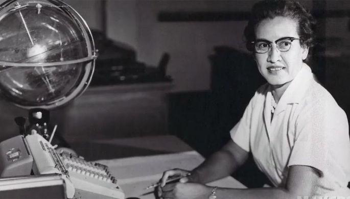 Кэтрин Джонсон за письменным столом в Научно-исследовательском центре в Лэнгли (штат Вирджиния), где она работала с 1953 по 1986 год