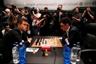 Магнус Карлсен (слева) и Фабиано Каруана в матче за мировую шахматную корону