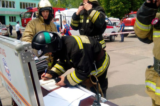 Сотрудники МЧС у проходной завода «Кристалл» в Дзержинске