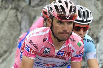 Хоаким Родригес среди гонщиков во время горного этапа
