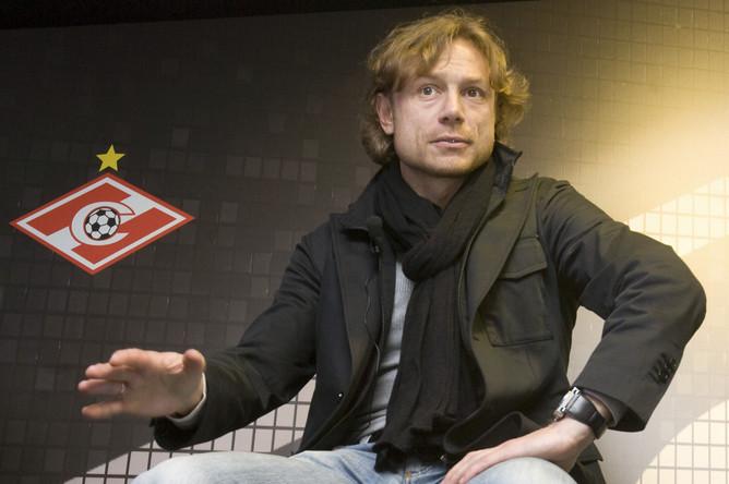 Постепенно Валерий Георгиевич стал переходить к стилю casual, одеваясь в пальто и куртки