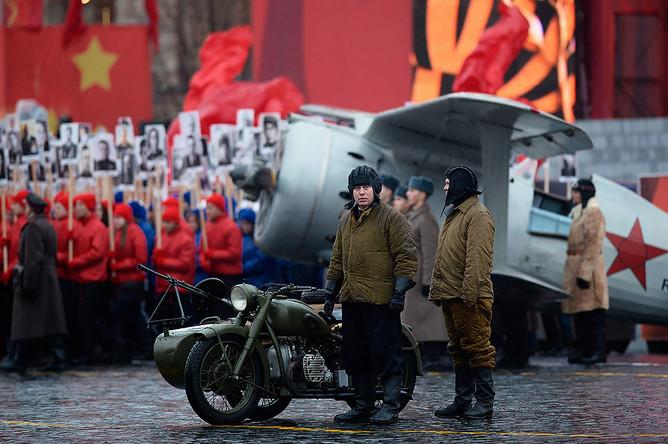 Участники торжественного марша, посвященного легендарному параду 7 ноября 1941 года, на Красной площади в Москве