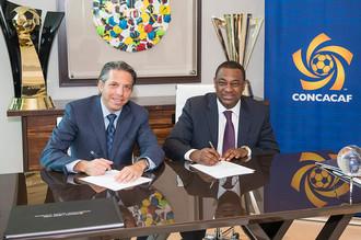 Дэвидсон (слева) и вице-президент ФИФА Джеффри Уэбб, обвиняемый в коррупции.
