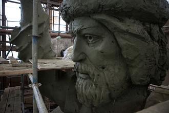 Глиняная модель памятника князю Владимиру в мастерской