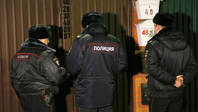 Сотрудники правоохранительных органов в поселке Удельная Раменского района Подмосковья работают на месте задержания участников банды ГТА