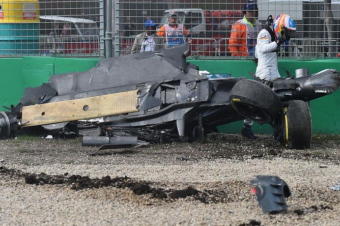 Испанец Фернандо Алонсо рядом со своим болидом после аварии на Гран-при Австралии