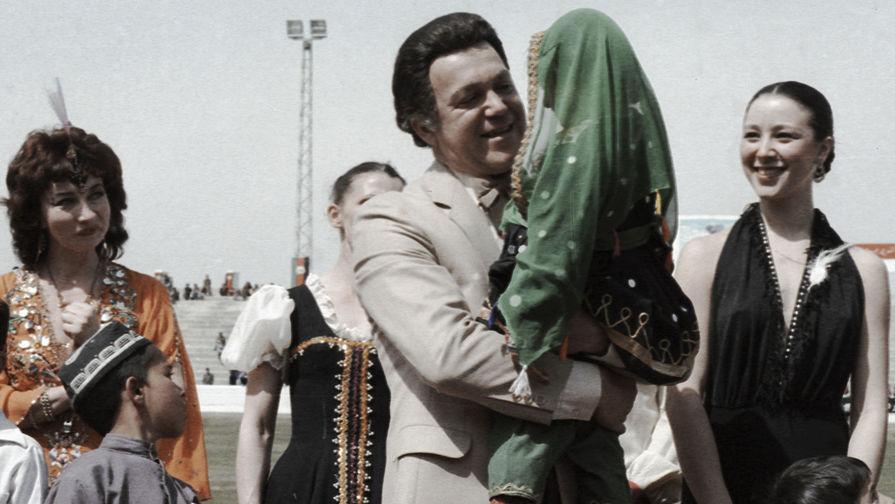 1985 год. Иосиф Кобзон выступает на стадионе в Кабуле с девочкой на руках