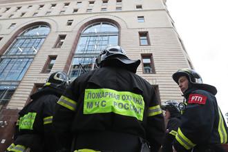 Сотрудники пожарной охраны у здания Центрального детского магазина на Лубянке после эвакуации из-за анонимных звонков, 14 сентября 2017 года