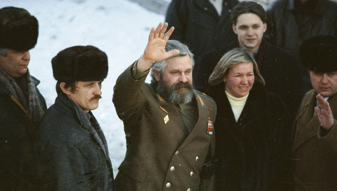 Александр Руцкой в окружении родных и близких покидает территорию Лефортовской тюрьмы, 1994 год