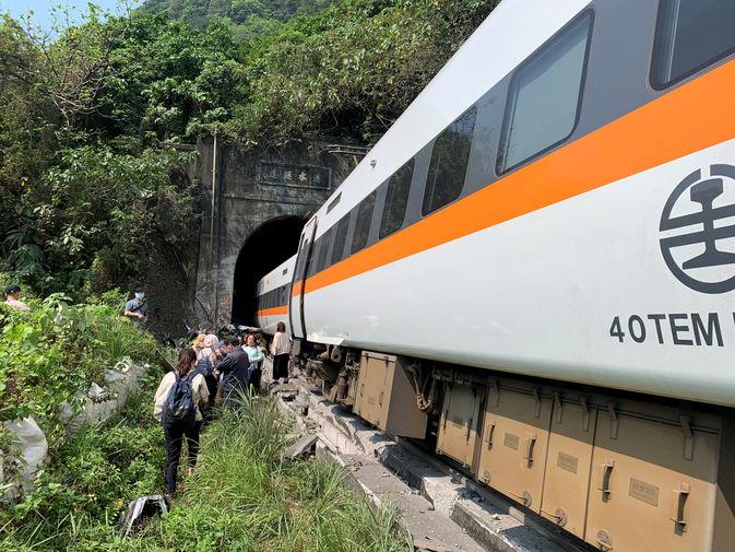 На месте крушения поезда в провинции Тайваня Хуалянь, 2 апреля 2021 года