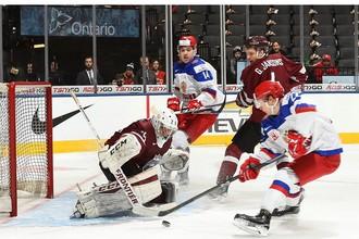 Данил Юртайкин (справа) открывает счет в матче с Латвией, переигрывая Густава Григалса