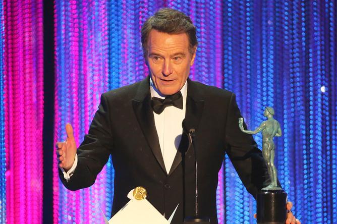 Брайан Крэнстон со статуэткой за лучшую мужскую роль в фильме «До самого конца» во время церемонии вручения наград Гильдии киноактеров в Лос-Анджелесе, январь 2017 года