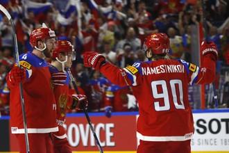 Хоккеисты сборной России Наместников и Гавриков празднуют гол в ворота Латвии