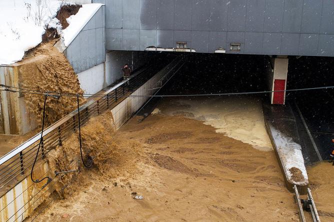 Ситуация на месте провала грунта и подтопления в Тушинском тоннеле на Волоколамском шоссе в Москве, 10 января 2019 года