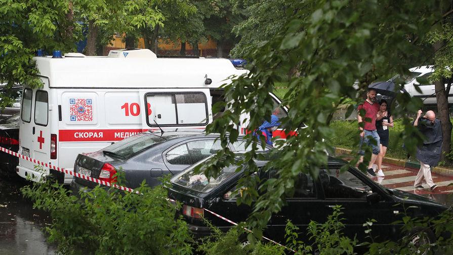Автомобиль скорой помощи у жилого дома на улице Приорова, 38, где в результате стрельбы погибли четверо, 18 июня 2020 года