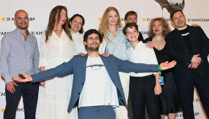 Съемочная группа фильма Александра Молочникова «Скажи ей» перед премьерой в рамках 31-го кинофестиваля «Кинотавр» в Сочи, 14 сентября 2020 года