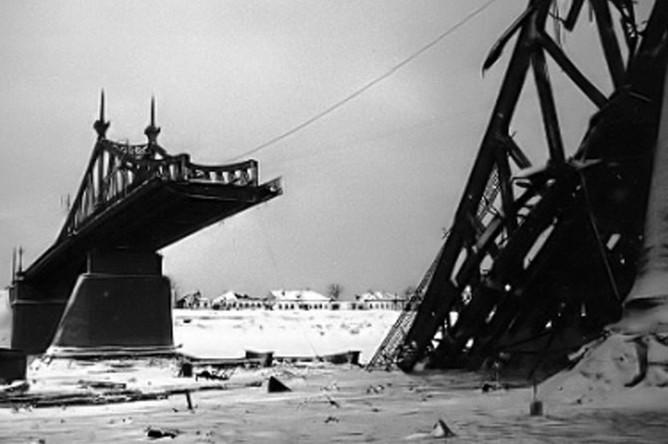 Взорванный немцами при отступлении Старый Волжский мост