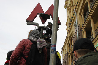 Кроссовки около входа в метро на Пушкинской площади, 26 марта 2017 года