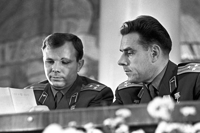 Советские космонавты Юрий Гагарин и Владимир Комаров на пресс-конференции, посвященной первому в мире полету на многоместном советском космическом корабле «Восход», 1964 год