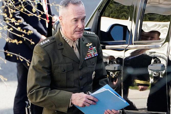Председатель объединенного комитета начальников штабов Джозеф Данфорд после встречи по ситуации в Сирии с президентом США Дональдом Трампом в Белом доме, 12 апреля 2018 года