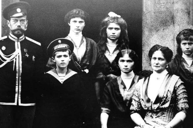 Семья императора Николая II в 1915 году