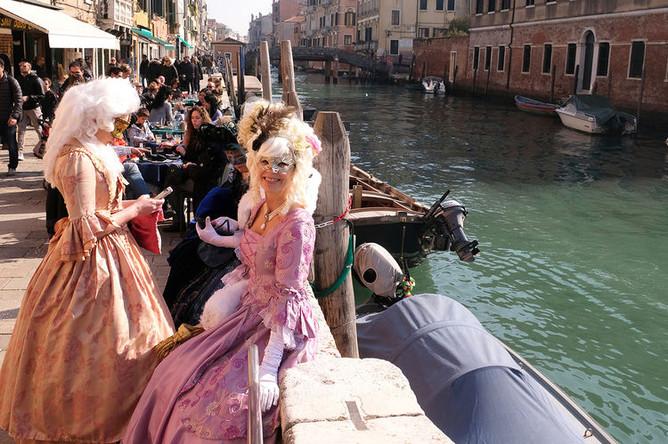 Участники венецианского карнавала, Венеция, Италия, февраль 2019 года