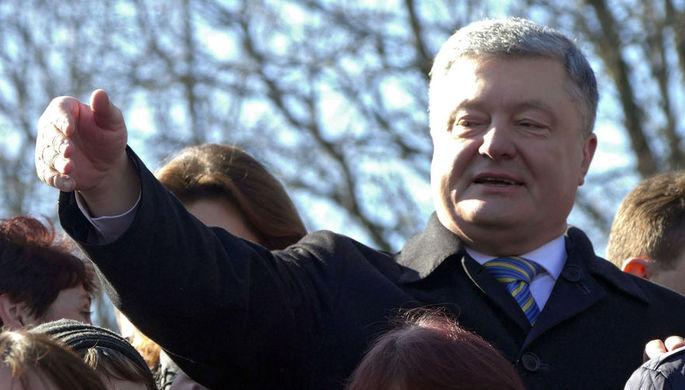 Глава Закарпатья вырвал фото, которое активист протягивал Порошенко
