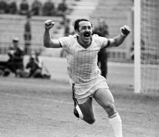 Московский динамовец Валерий Газзаев радуется забитому голу, 1984 год