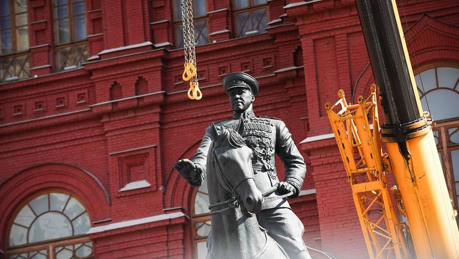 Памятник маршалу Георгию Жукову, отреставрированный к 75-й годовщине Победы, на Манежной площади, 23 апреля 2020 года