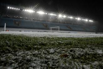 Во вторник поле «Арены Химки» изрядно припорошило свежим снежком. Но проведению матча ничто не угрожает