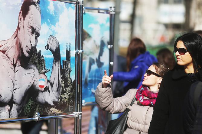 На выставке графических работ «Крым. Возвращение в родную гавань», посвященной годовщине референдума в Крыму, в Новопушкинском сквере в Москве
