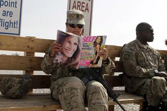 Военнослужащая армии США ожидает прибытия вертолета на военной базе в Кандагаре, Афганистан