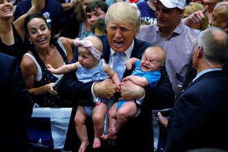 Кандидат в президенты Дональд Трамп держит детей на предвыборном митинге в городе Колорадо-Спрингс, штат Колорадо, США